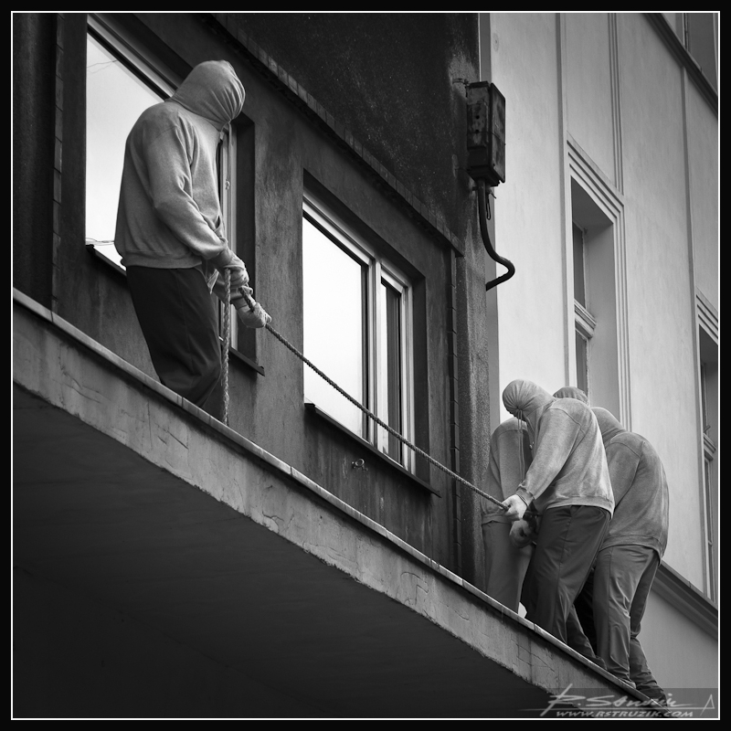 Katowice, Mariacka. Przeciąganie liny w wykonaniu niezwykle sztywnych gości pozujących na luzaków.