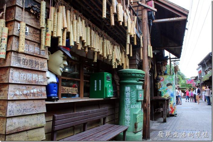 菁桐鐵道文物館外一樣掛滿了許願竹筒,還有舊式郵筒,可以在這裡買張有紀念價值的明信片寄回家。