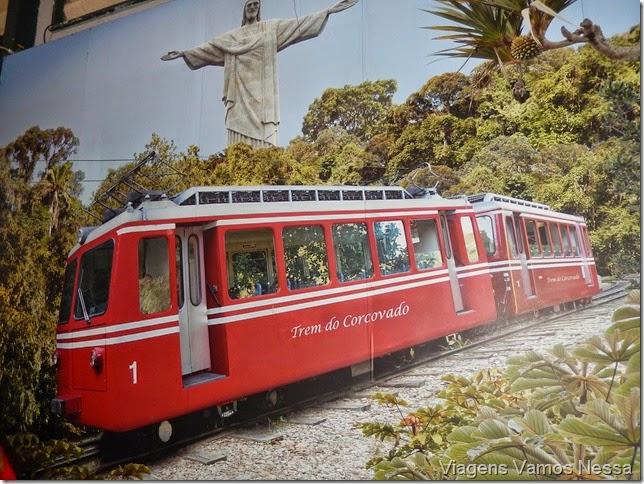 Painel fotográfico exposto no salão de espera para embarcar no Trem do Corcovado