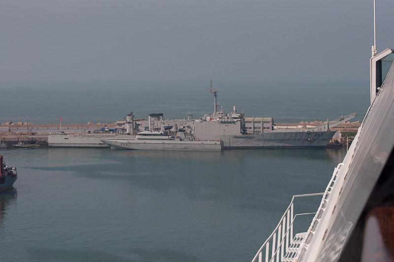 Третий день. Casablanca. Morocco. Круиз. Costa Concordia. С нами соседствовали военные корабли, их причал был перекрыт и огорожен, а с моря всё было свободно.