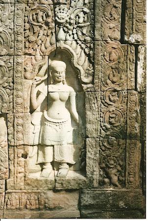 Angkor Wat: Apsara statue