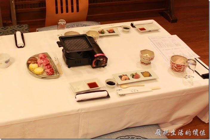 日本北九州-由布院-彩岳館。我們按照預定好的時間來到了餐廳,這時鐵板燒的擺板已經就定位了,這是兩人份的的份量。