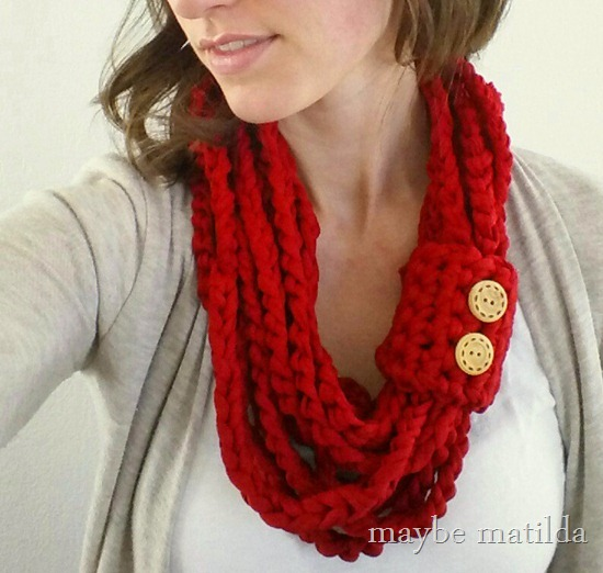Free pattern and step-by-step photo tutorial to make this quick and easy spring chain cowl!
