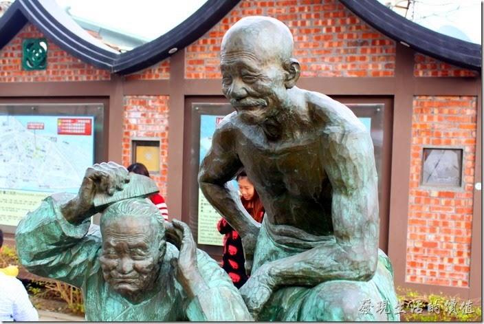 台南-安平老街。古堡街上一對老夫老妻「梳頭」的雕像,模樣逼真質樸逗趣。