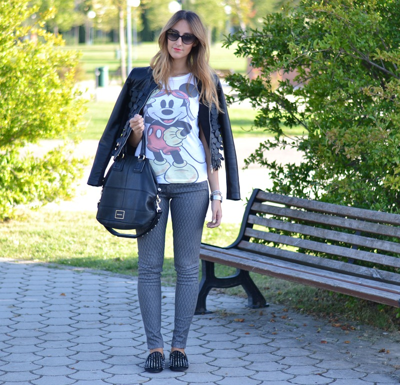 Mickey Mouse tee, Mickey Mouse, Giacca Rinascimento, Studded Loafers, True Religion Pants, True Religion, Dior Sunglasses