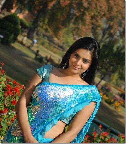 Divya_Spandana_in_blue_saree