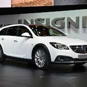 2014-Opel-Insignia-Country-Tourer-01.jpg