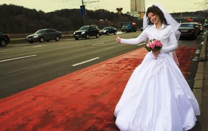 Durante lua de mel homem esquece noiva em posto de combustível
