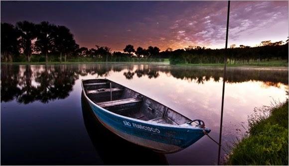 barco-a-orillas-de-mar,-lago,-cielo-de-la-tarde,-arboles,-reflejo-212687