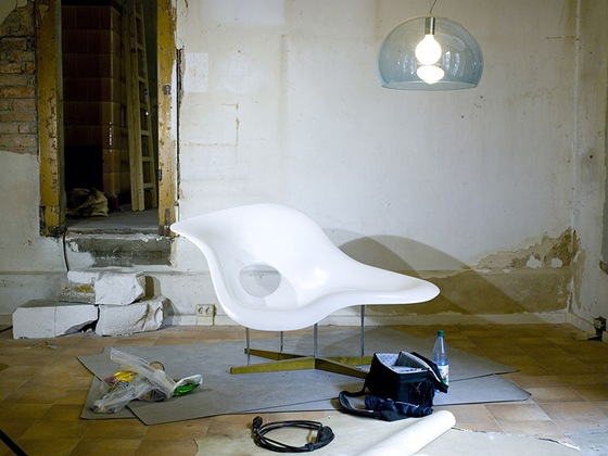 798px-La_Chaise_by_Charles_and_Ray_Eames_and_FLY_by_Ferruccio_Laviani