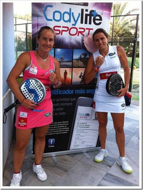 Carolina Navarro y Cecilia Reiter apoyando a CODYLIFE SPORT