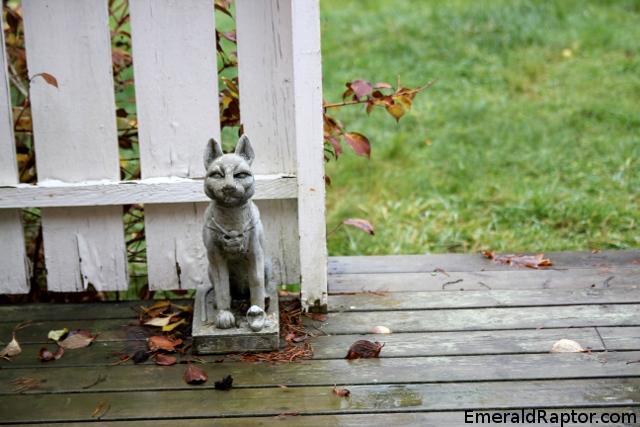Kattestatue på terrassen