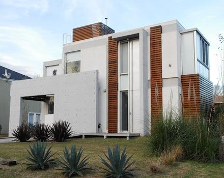 La Casa AMD de fachada moderna con formas planas de hormign visto y