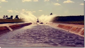 Modelo Chevrolet em teste atual na piscina de transposição de áreas alagadas