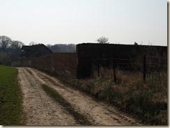 Lijsem (Lincent): Een geheimzinnige muur even buiten het dorp. Er achter gewoon een weide voor paarden