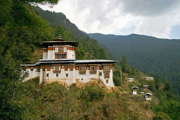 ghe-bhutan-tham-tu-vien-co-xua-huyen-bi (7)