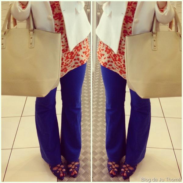 look calça flare azul, maxi blusa estampa laranja e blazer brancoo (1)