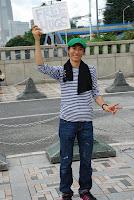 """Tokyo, Harajuku -auf dem Schild steht """"kostenlose Umarmungen"""" – 09-Aug-2009"""