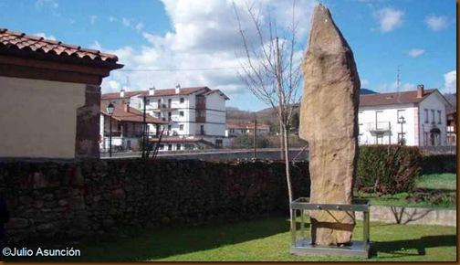 Menhir de Soalar en el patio del museo de Elizondo