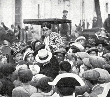 1915-04-24 (p) Nuevo Mundo Feria de Sevilla Belmonte hombros