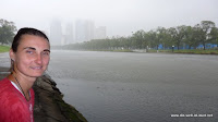 gerade noch vor dem Regen unter die Brücke gerettet