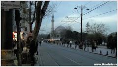На улице вечернего Стамбула.