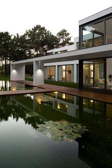 fachada-Casa-del-Lago-Arquitecto-Frederico-Valsassina-1_thumb[1]