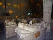 2014.09.09-033 gisants dans les caves