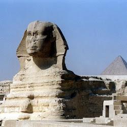 35 - Esfinge de Gizeh tras la Piramide de Kefren