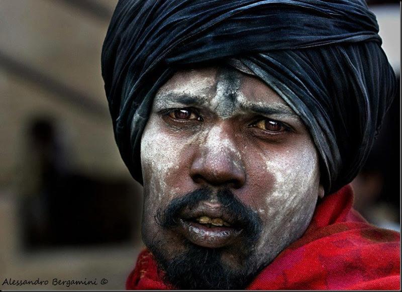 I sâdhu shivaïti cospargono il loro corpo con la cenere, simbolo di morte e di rinascita. Varanasi 2012