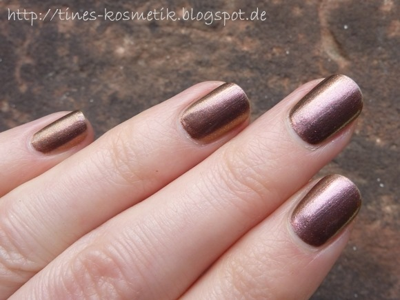 Catrice Feathered Fall Golden Plum-e 4