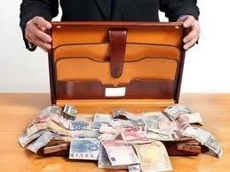 Πολύτεκνος με εννέα παιδιά βρήκε τσάντα με 30.000 ευρώ και την παρέδωσε (video)
