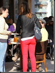 jessica-alba-red-pants-beverly-hills-10-675x900