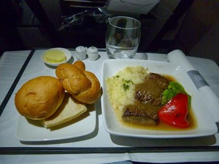 Mic dejun pe business class Qatar Airways