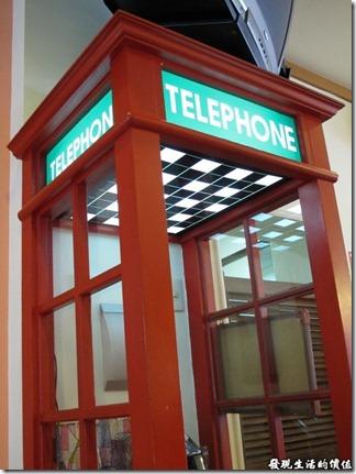 台南Halhali哈拉里咖啡專櫃中正店-餐廳內還有一個公用電話亭。