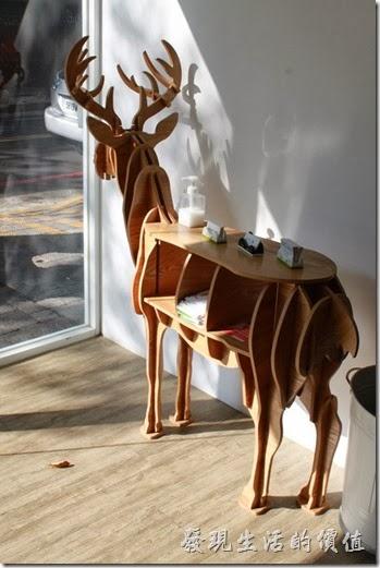 台南-小莫里。餐廳入口處的麋鹿造型的置物架。