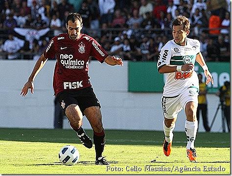Danilo foi o melhor em campo do Corinthians contra o Coritiba [Foto - Celio Messias - Agência Estado]