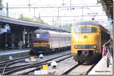 オランダ・ベルギーの国境駅、オランダ側ローゼンダール駅(Rozendaal)、左はベルギーの電車、右オランダの電車
