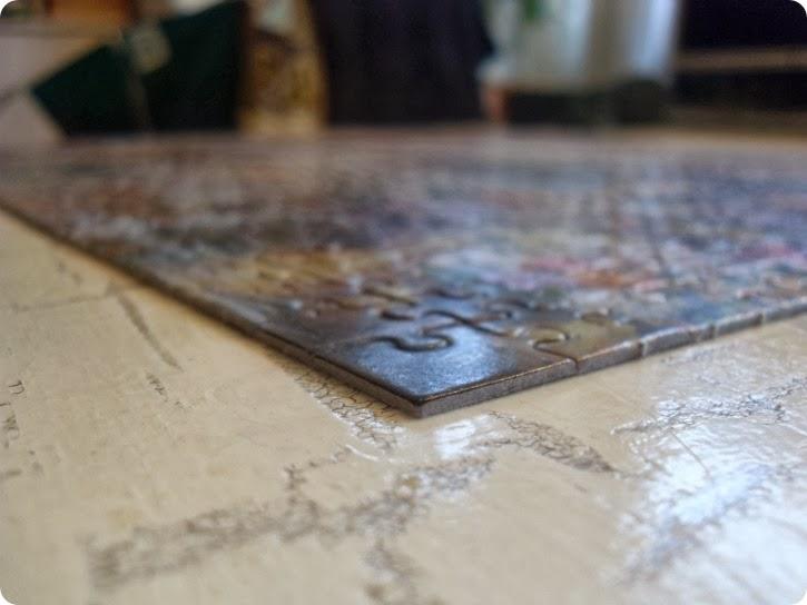 Puslespil på spisebordet