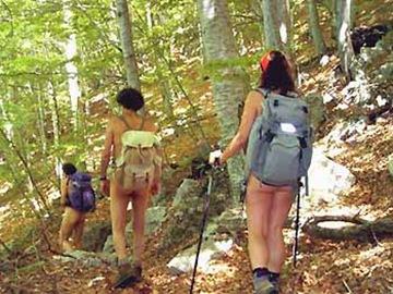 Nude hiking su percorsi non frequentati degli Appennini