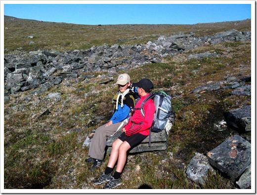På väg ner från Slåttatjåkka hittade barnen en naturlig bänk att sitta på