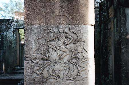 Obiective turistice Cambogia: statuie Angkor Wat