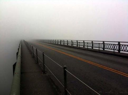 24. Autopista nublada