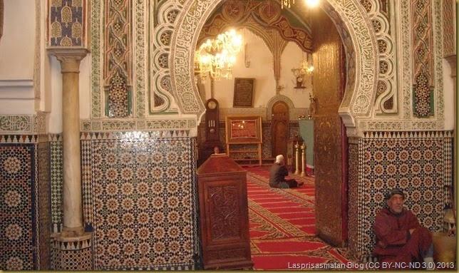 Mausoleo de Mulay Idrís. A la derecha está la tumba, simplemente cubierta con un manto de seda