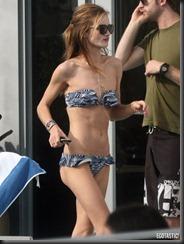 rosie-huntington-whiteley-blue-white-bikini-miami-05-675x900