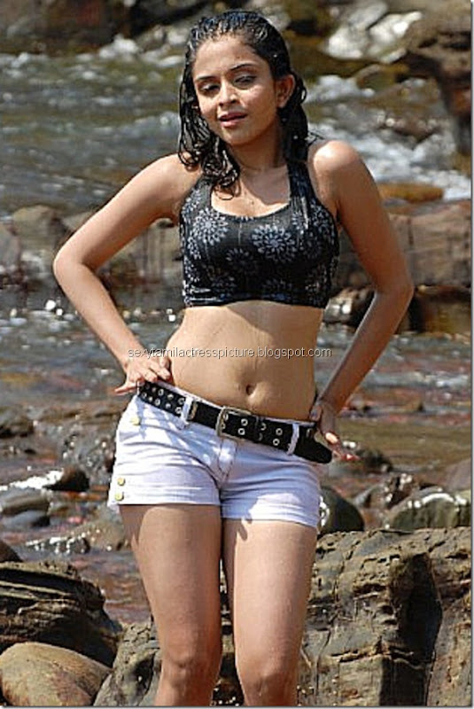 sexy-Sheena-Shahabadi-hot-stills-mini-shorts