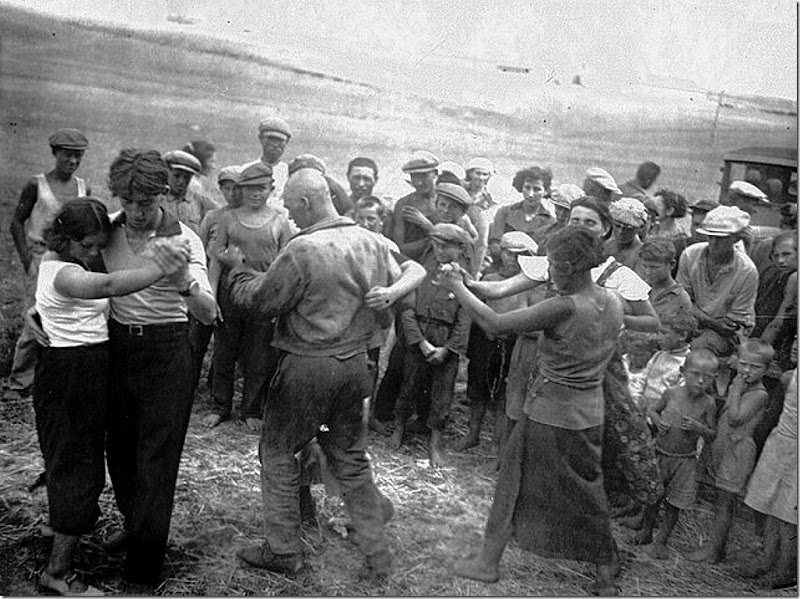 Jews in the USSR. Dancing in a field camp. The middle of the 1920s.