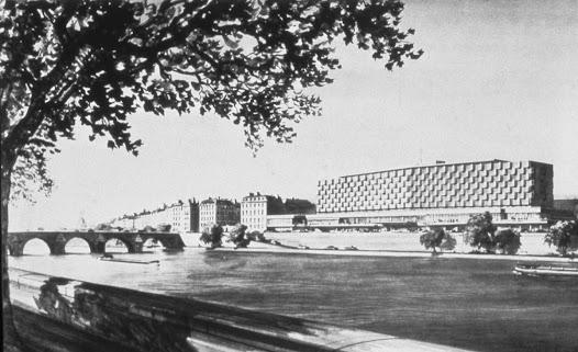 L'idée d'un hôtel international l'emporte finalement, en raison du prestige de l'emplacement. Le modernisme triomphant des Trente Glorieuses semble s'imposer : le mot d'ordre est alors de construire plutôt que de reconstruire.