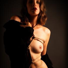 Le sombre inconnu by Tomas Fensterseifer - Nudes & Boudoir Boudoir ( shibari, nude, low key, woman, bondage )