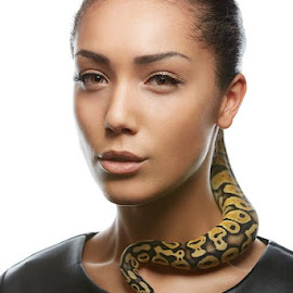 Last time Georgia Danielle Mua Uzi Khan by Cezary Korpal - People Fashion